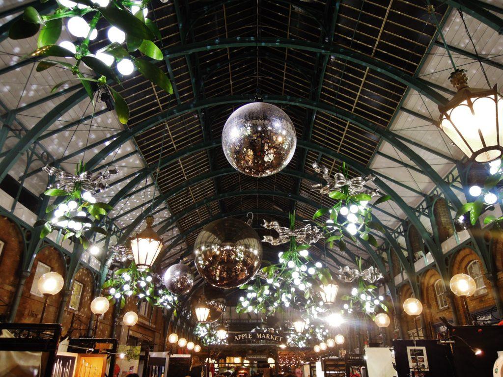 Apple Market con le luci di Natale
