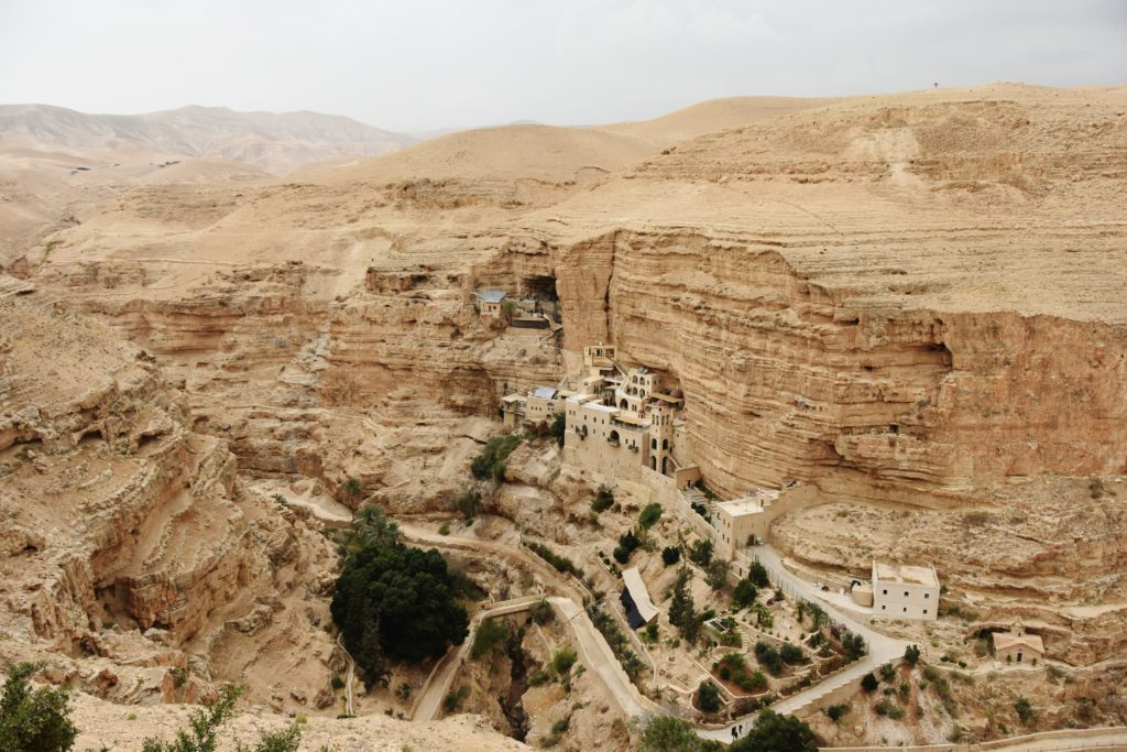 Il Monastero di San Giorgio incastonato nella roccia