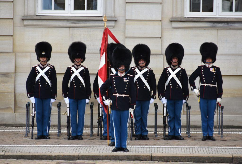 Il cambio della guardia nell'Amalienborg Slotsplads