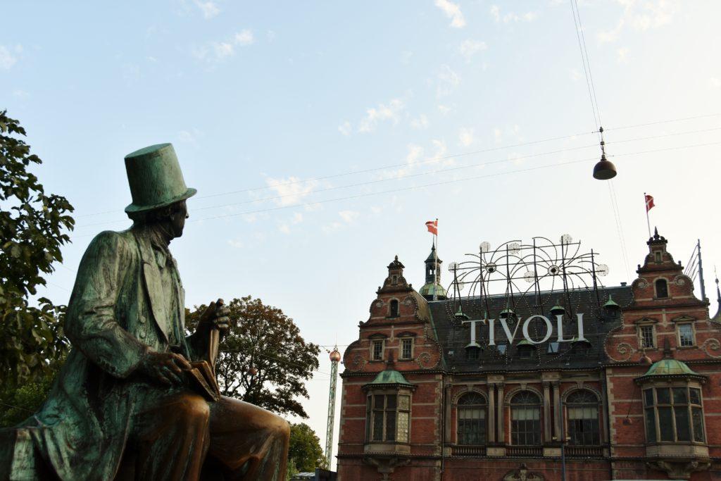 Statua di Andersen di fronte ai Tivoli Gardens