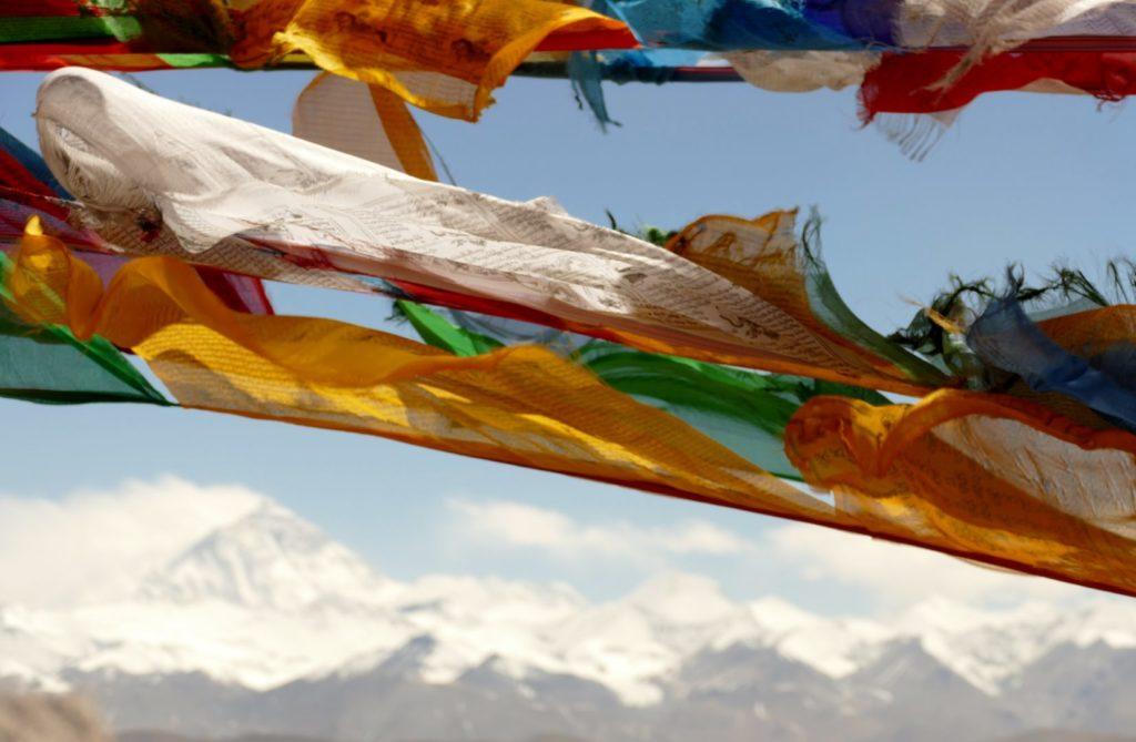 L'Everest incorniciato dalle bandierine tibetane