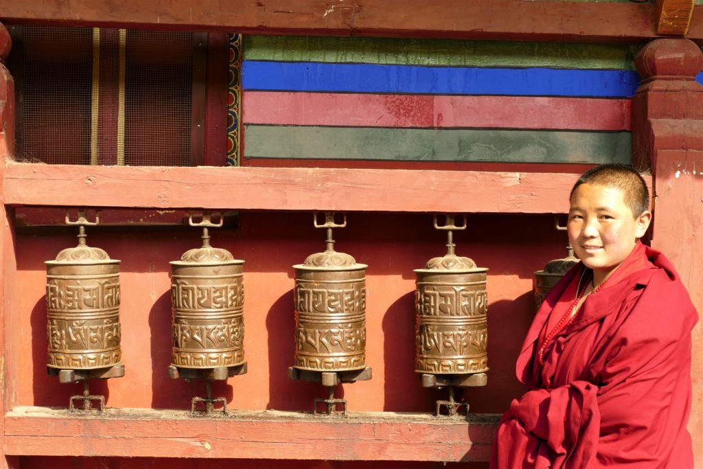 Una giovane monaca in un monastero tibetano