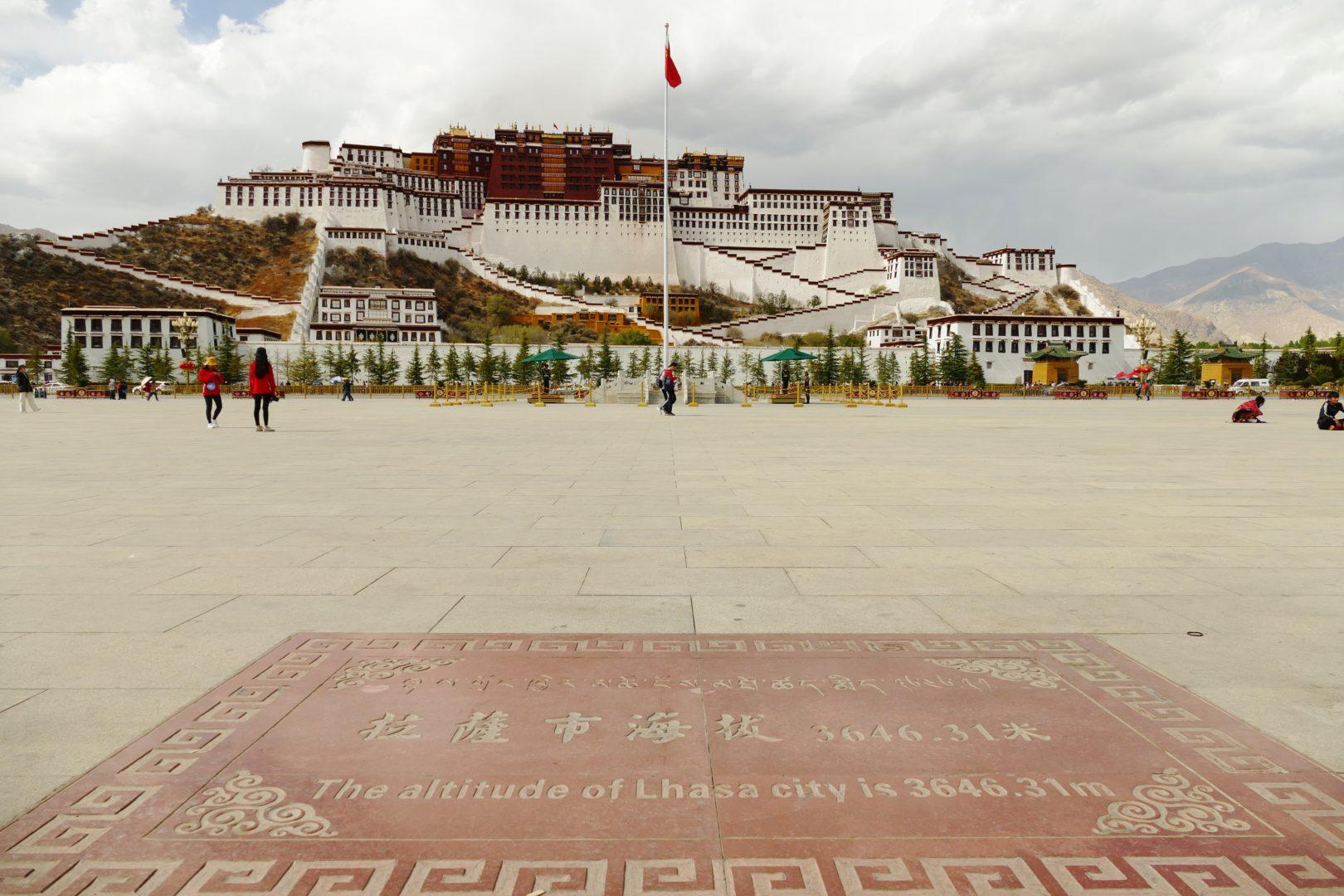 L'altitudine di Lhasa indicata sulla piazza antistante il Potala: 3.646m