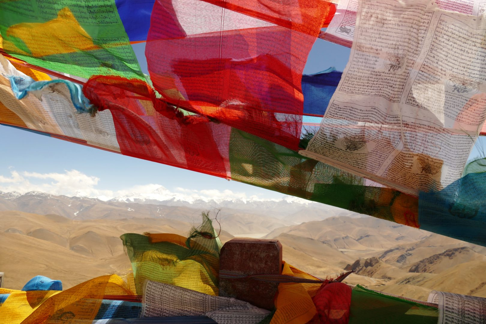 La catena himalayana avvolta dalle bandierine tibetane