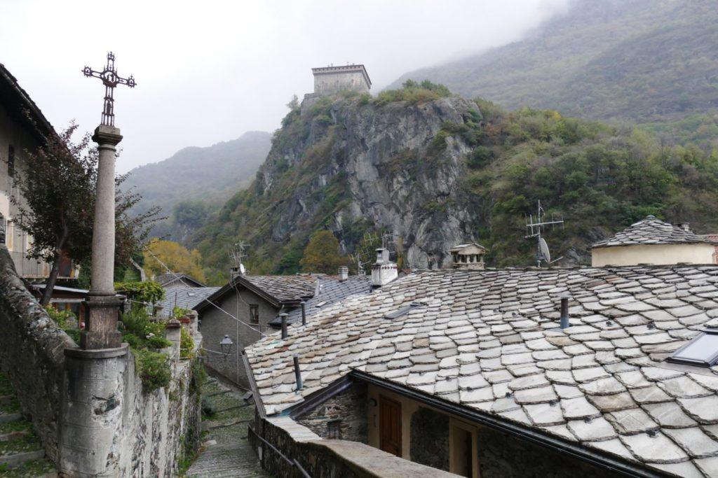 Il castello di Verres dal paese con i tetti di ardesia