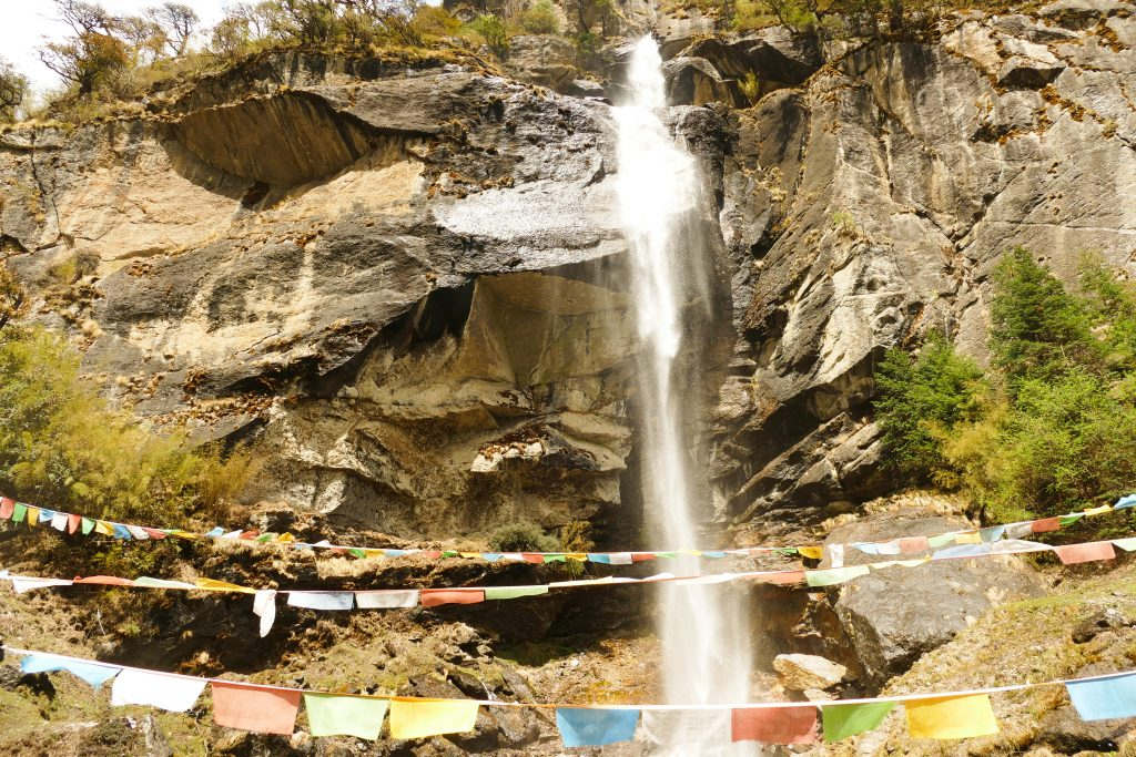 Una cascata avvolta da bandierine tibetane