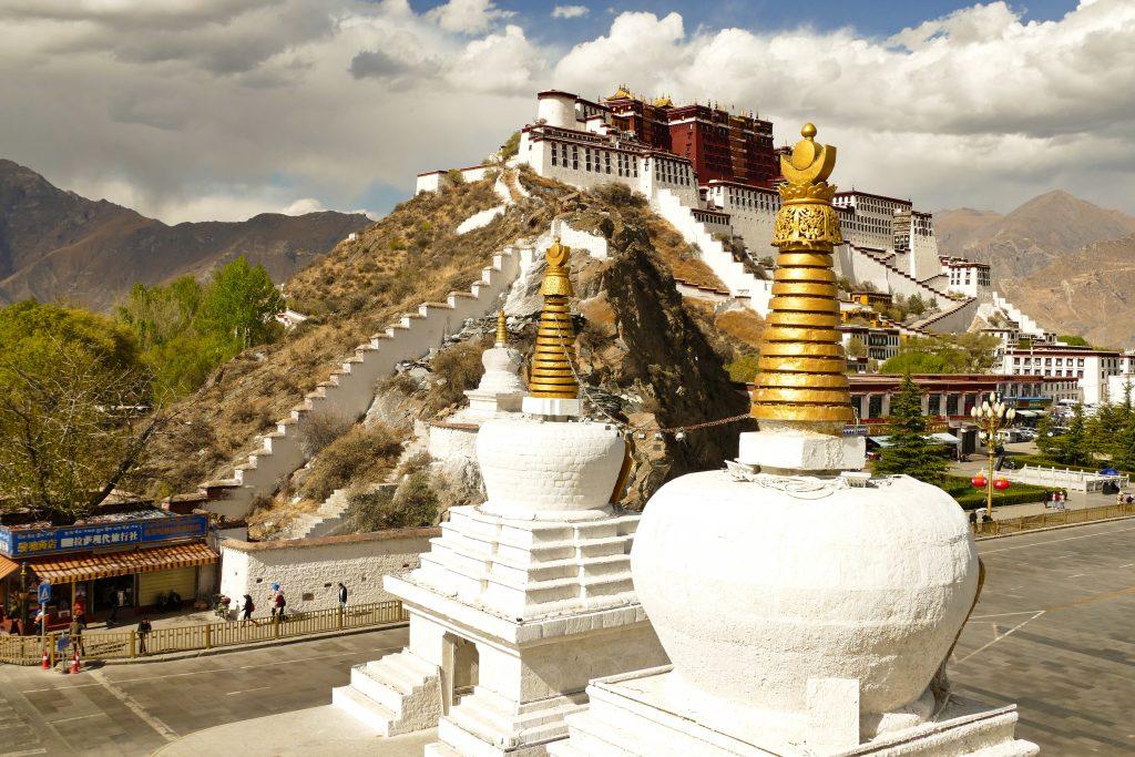 Le tre stupa e il Potala sullo sfondo