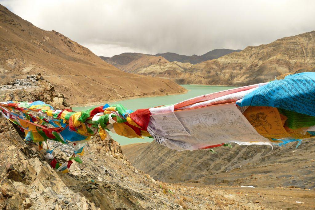 Bandierine tibetane al belvedere sul bacino di Manak