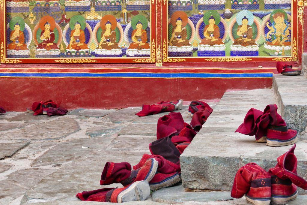 Scarpe abbandonate dai monaci