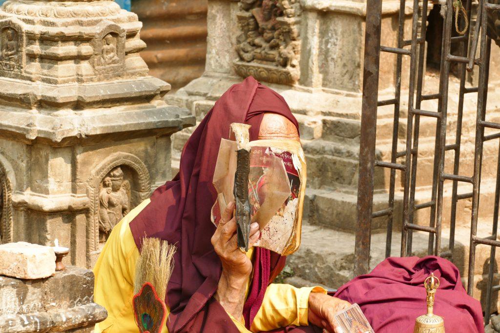 Un monaco in meditazione