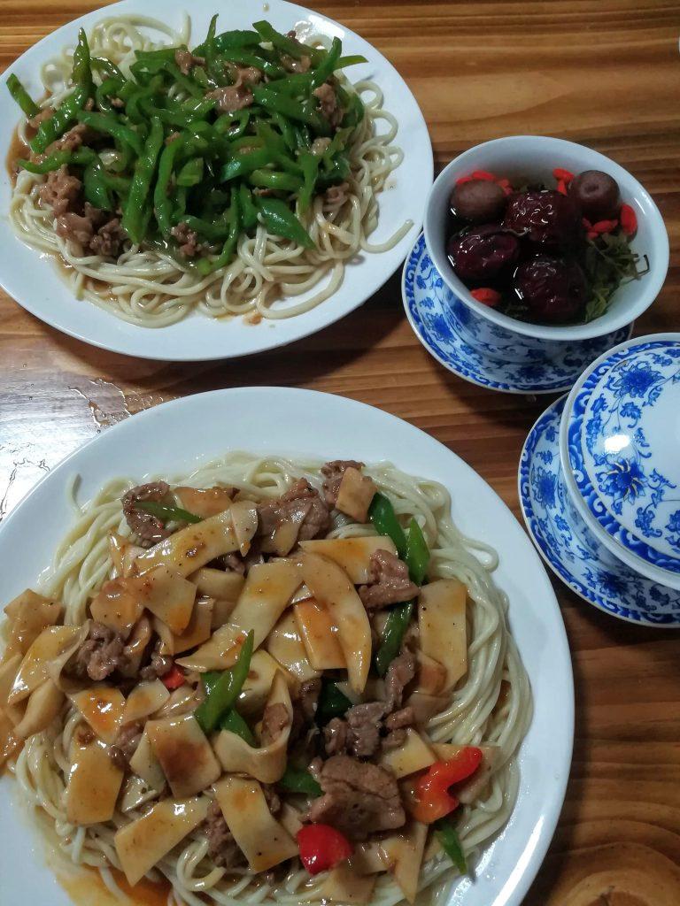 Cena a base di noodles e tè con frutta liofilizzata