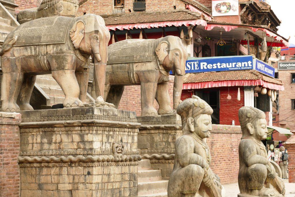 Sculture di elefanti a Bhaktapur