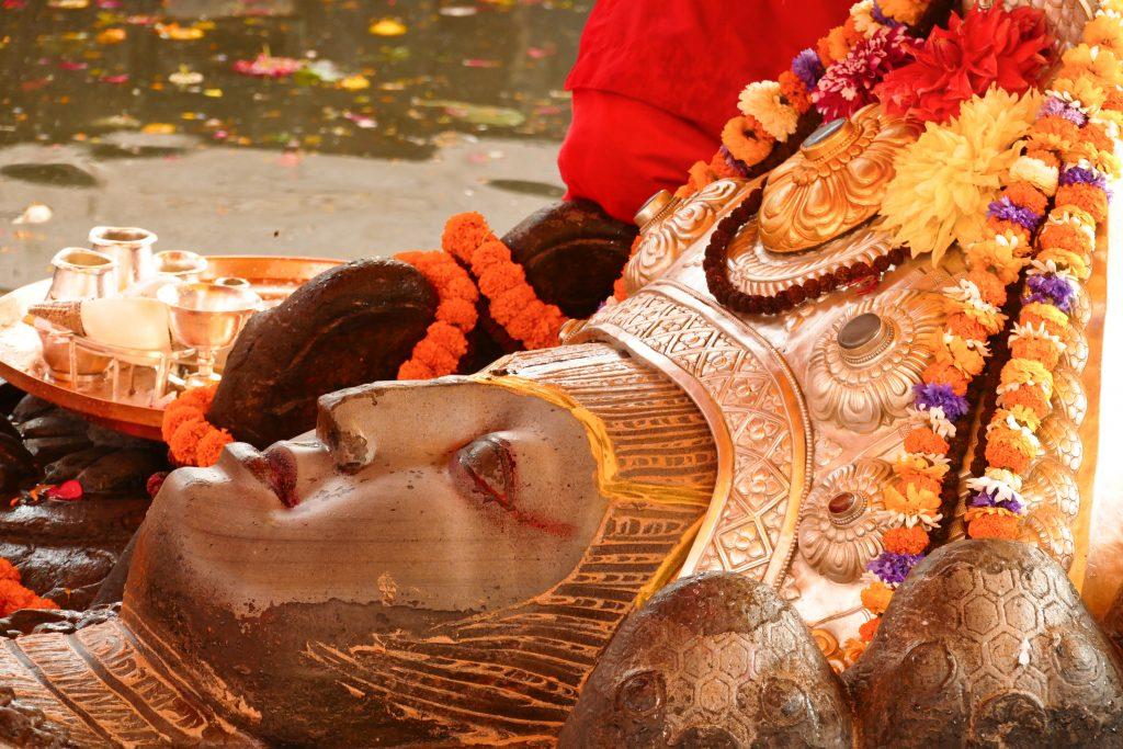 La statua di Vishnu a Budhanilkantha