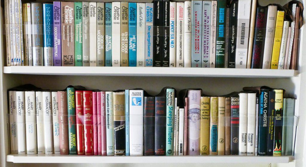 I libri di Agatha Christie tradotti in diverse lingue, prime edizioni e edizioni speciali  nella biblioteca di Greenway House