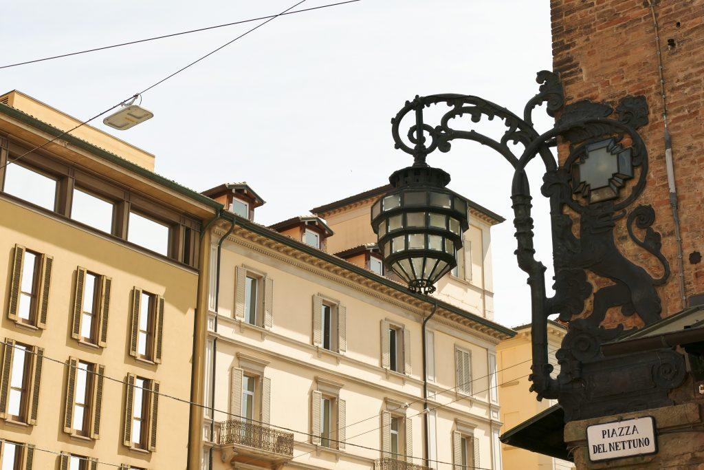 Il lampione liberty in Piazza Nettuno