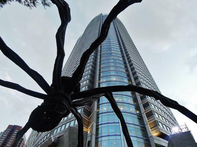 La scultura di ragno alla Roku Roku Plaza