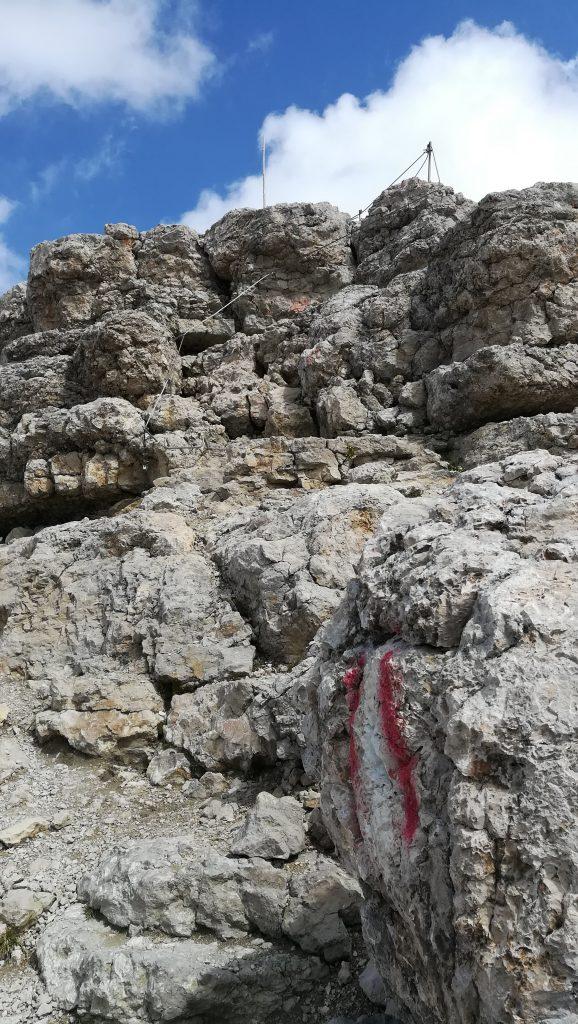 Il sentiero attrezzato con scalette e corde