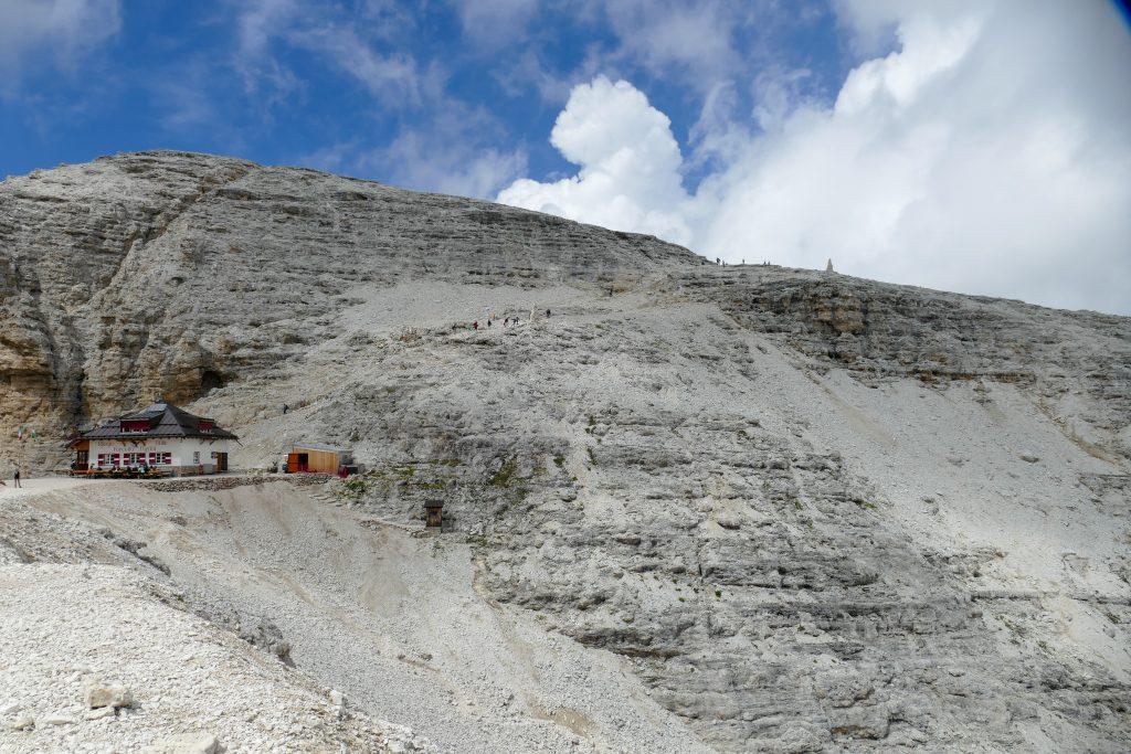 Vista sul Rifugio Forcella Pordoi