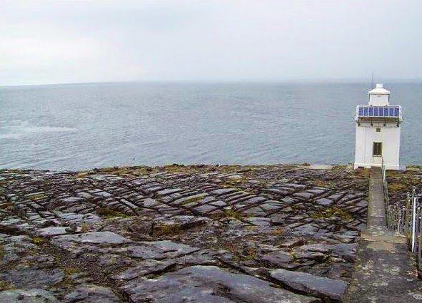 Il faro di Black Head con l'oceano sullo sfondo