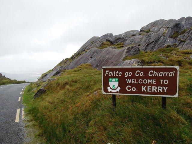 Un cartello segna l'ingresso nella Contea di Kerry