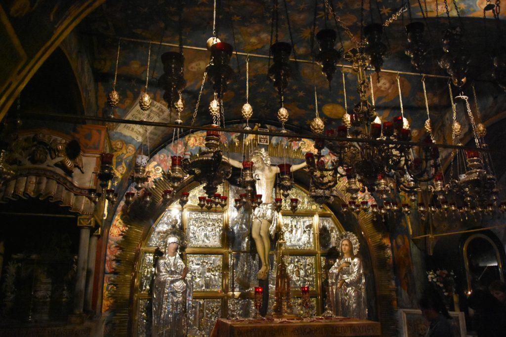 L'altare del Golgota con il Crocefisso