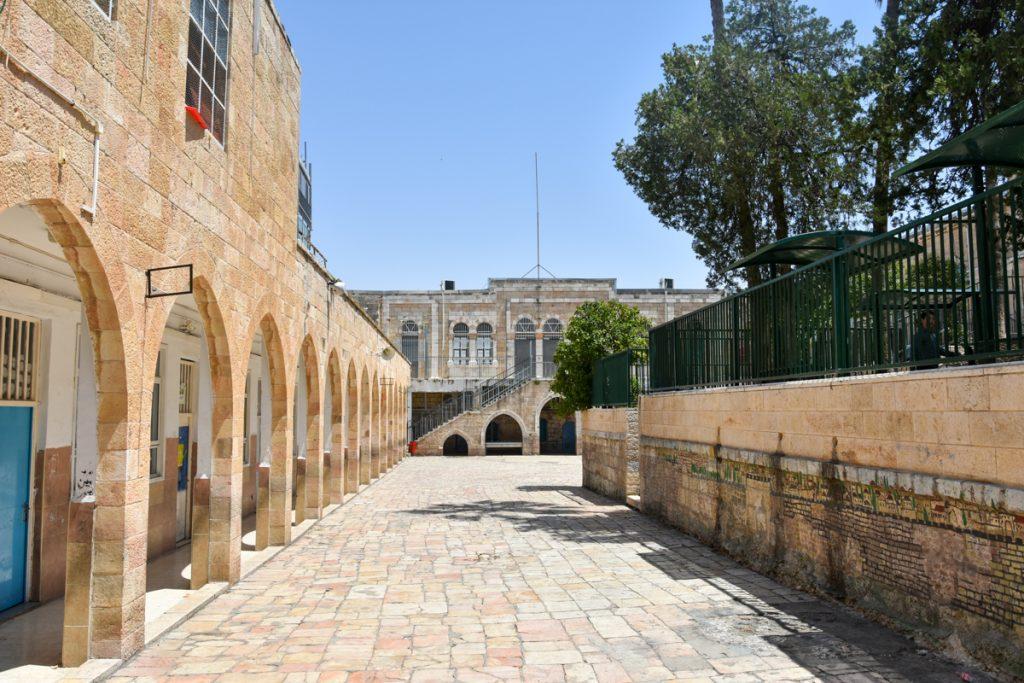 Il cortile interno della scuola araba Al-Omariyeh