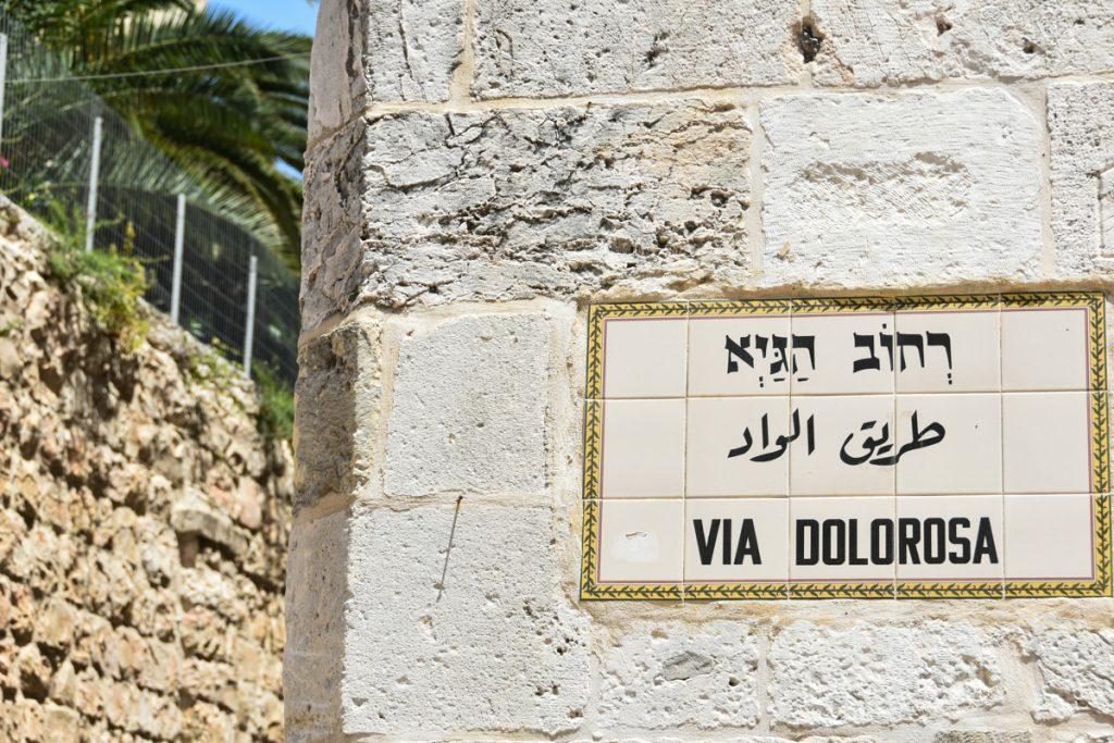 Segnaletica della Via Dolorosa sui muri di Gerusalemme