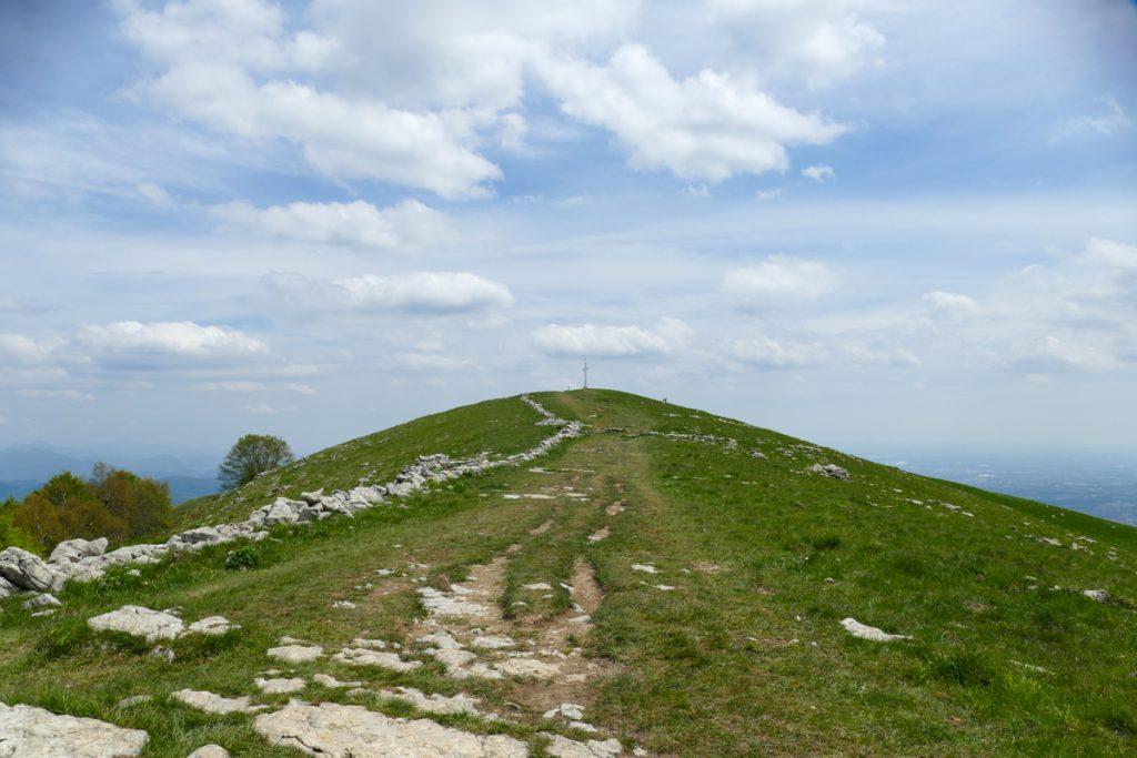 La vetta del Monte Linzone con la croce