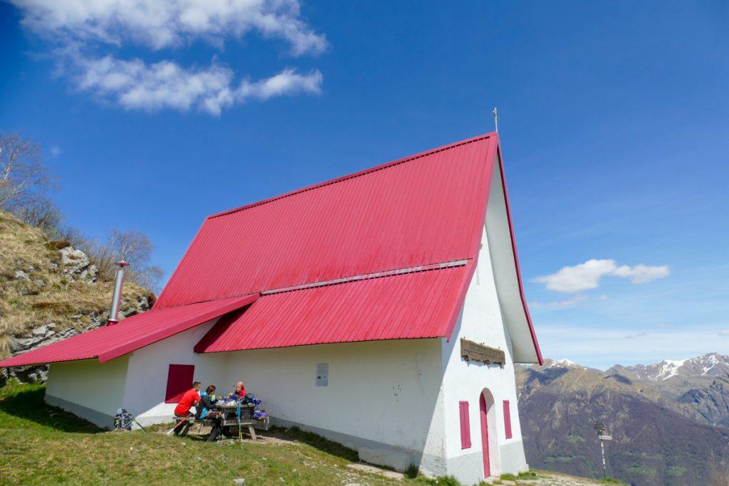 La chiesetta dal tetto rosso di San Calimero