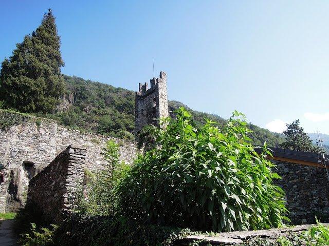 Quel che resta delle mura e della torre del Castello di Corenno Plinio