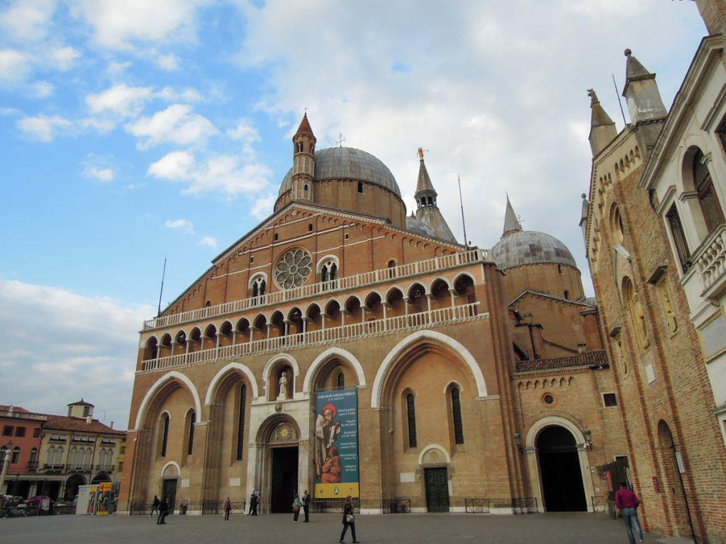 Facciata, cupole e campanili della Basilica di Sant'Antonio