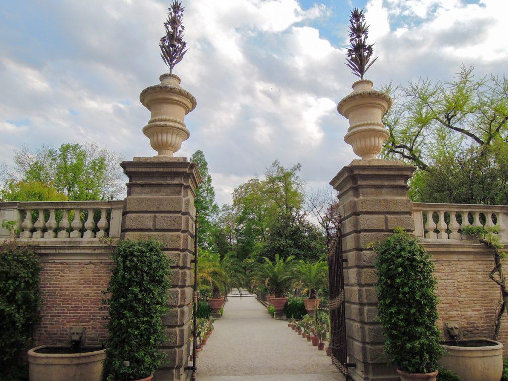 Il muro di cinta che delimita l'area più antica dell'Orto Botanico