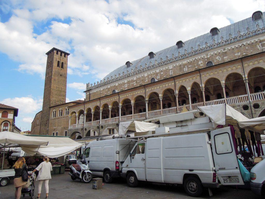 Mercato di fronte al Palazzo della Ragione a Padova